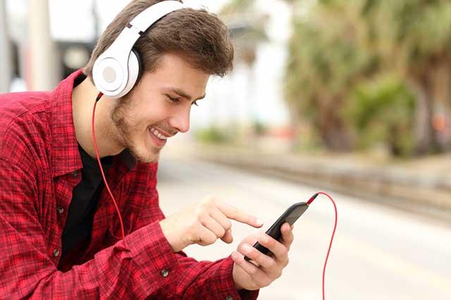 Mann spielt auf Smartphone ein Spiel. Bildquelle: Antonio Guillem